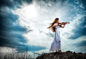The red-haired girl with a violin outdoor — Stockfoto