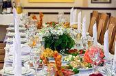 Table dressée pour une partie de l'événement ou de la réception de mariage — Photo