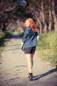 Bellissima giovane donna felice nel parco — Foto Stock