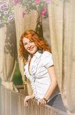счастливый молодая женщина в кафе — Стоковое фото