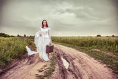 La novia ofendida con una vieja maleta — Foto de Stock