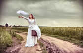 The offended bride throwing out a wedding veil — Stock Photo