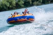 Couiple joven en atracciones acuáticas durante las vacaciones de verano — Foto de Stock