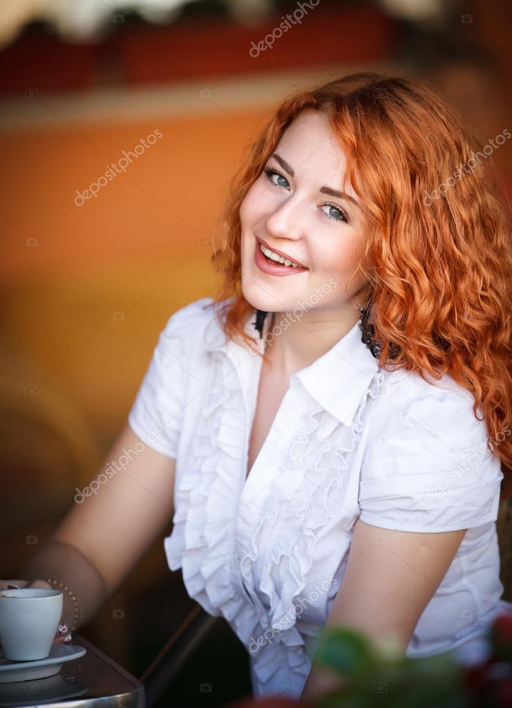 一个咖啡杯咖啡馆里的优雅女人
