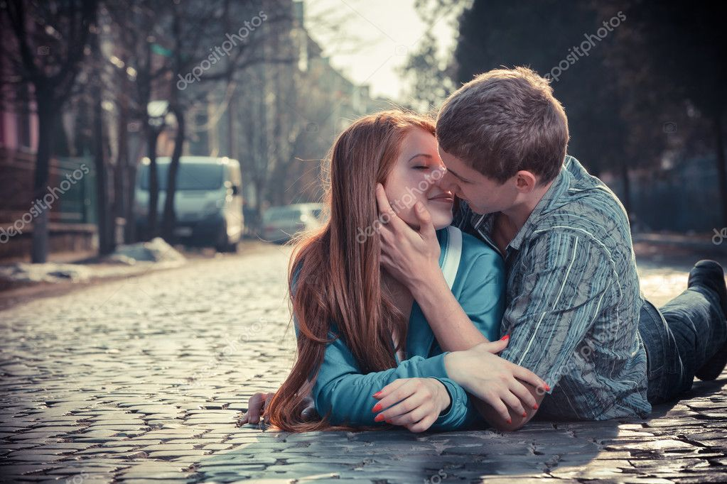 Картинки где парень целует девушку 6