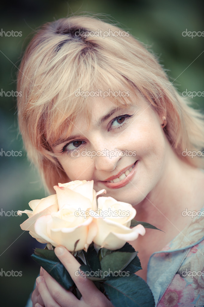 Happy smiling woman with flower — Stock Photo #13277113