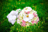 Wedding bouquet of the bride- beautiful wedding flowers outdoor — Stock Photo