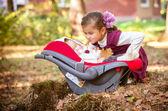 Lilla vackra systrar i höst park — Stockfoto