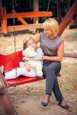 Moeder en kind in park — Stockfoto