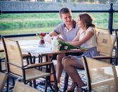 молодая пара в кафе — Стоковое фото