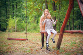 公園内の娘を持つ母 — ストック写真