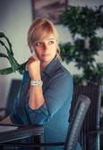 Vrouw in een restaurant — Stockfoto