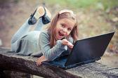 孩子在公园里用笔记本电脑 — 图库照片