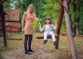 мать с дочерью в парке — Стоковое фото
