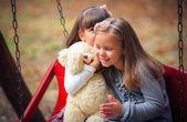 подружки на качелях в парке — Стоковое фото