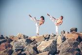 Niños entrenando karate — Foto de Stock