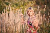 Mujer en el campo del verano — Foto de Stock