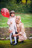 Mother and girl in park — ストック写真