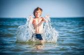 Kleine jongen in zee — Stockfoto