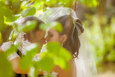 Bride and groom in park — Stock fotografie