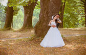 Bride and groom in park — Stockfoto