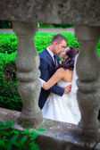 Newlywed couple kissing on  balcony — Стоковое фото