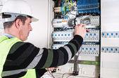 электрик, проверка предохранителей — Стоковое фото