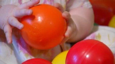 Baby spela med plast bollar — Stockvideo