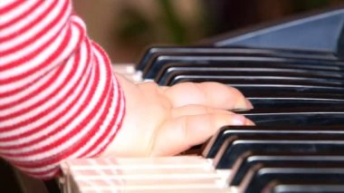 Baby playing with piano — Stock Video