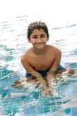 Barn har roligt i poolen — Stockfoto