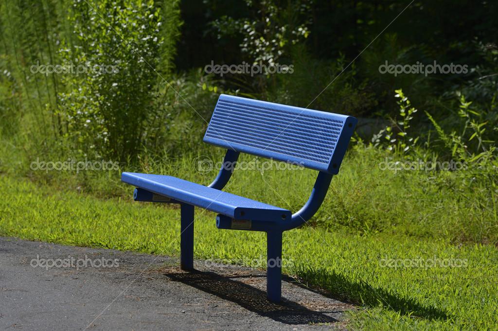 坐在葱郁绿色稀树草原夏季木制长椅 — 照片作者 pazham