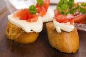 Bruschetta met mozarella en tomaten — Stockfoto