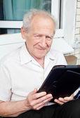 Senior hombre con Tablet Pc — Foto de Stock
