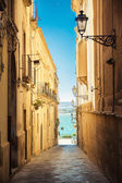 Street of Syracuse leading to the sea — Stock Photo