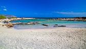 Baía com areia cor de rosa na praia de elafonissi — Foto Stock