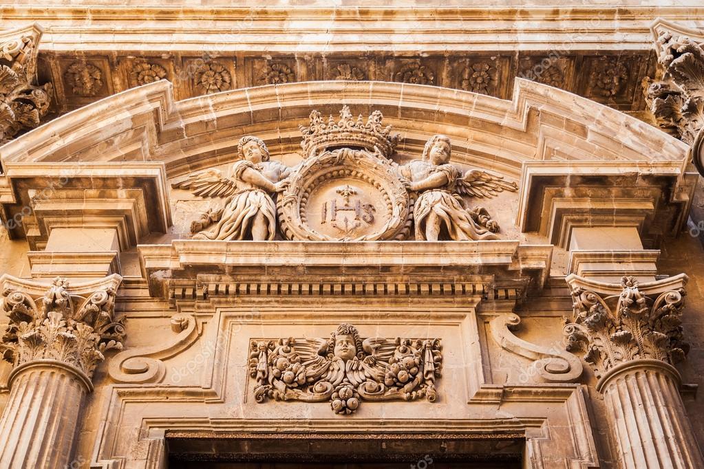 decoracin hermosa por encima de la entrada del edificio en estilo barroco en siracusa sicilia italia u foto de anitabonita