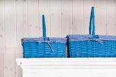 Två blå korgar på garderoben — Stockfoto