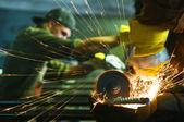 Pracovníka, aby jiskry při svařování oceli — Stock fotografie