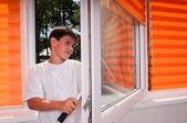 Der junge reinigt Fenster — Stockfoto
