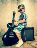 Маленький мальчик с рок-гитара — Стоковое фото