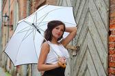 Witte paraplu buitenshuis — Stockfoto