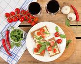 Red wine and snacks — Stockfoto