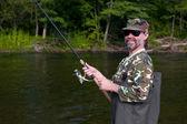 Vrolijke visser vangsten van zalm — Stockfoto