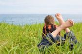 Jongen op zoek naar de zee — Stockfoto