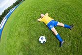 мечтает мальчик футболист — Стоковое фото