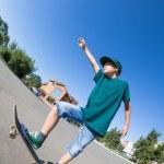pojke som rider en skateboard på gatan — Stockfoto