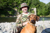 Traveler with a Rhodesian Ridgeback — Stock Photo