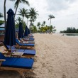 Deck chairs on the beach of Sentosa Island in Singapore. — Foto Stock