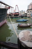 рыбацкие лодки находятся на пристани в рыбный порт в макао. — Стоковое фото
