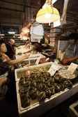 Säljare av fisk och köpare på fiskmarknaden i macau — Stockfoto